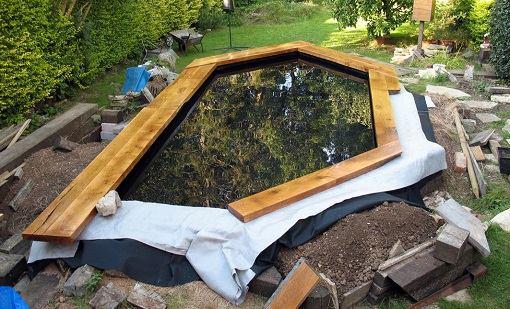 Vijver ontwerpen afwerking vijverrand for Houten vijverbak